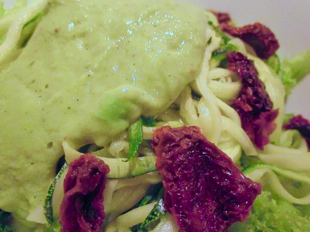 zucchini-noodles-avocado-sauce-sundried-tomato