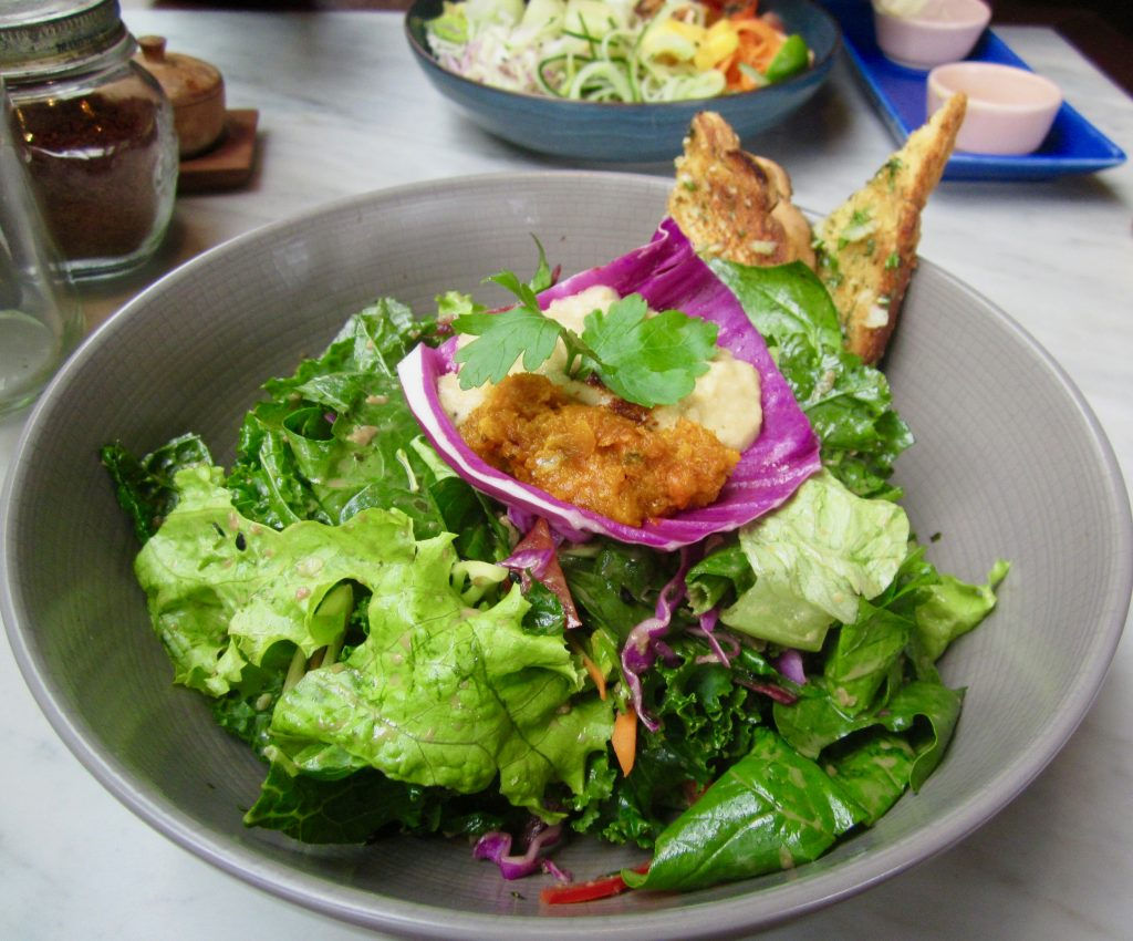 vegan-cafe-bali-salad